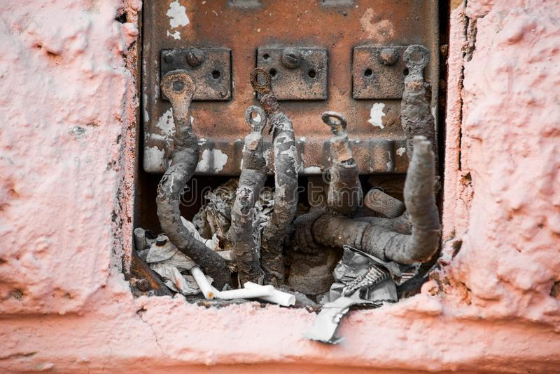 Disconnected покинутые электрические провода на улице стоковые фотографии rf