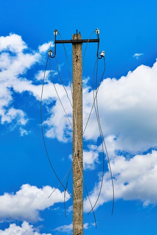 Disconnected электрическая линия в русской деревне стоковое фото rf