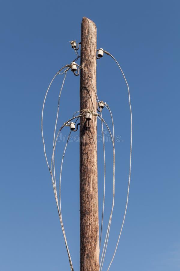 Disconnected электрические провода на деревянной опоре стоковое фото