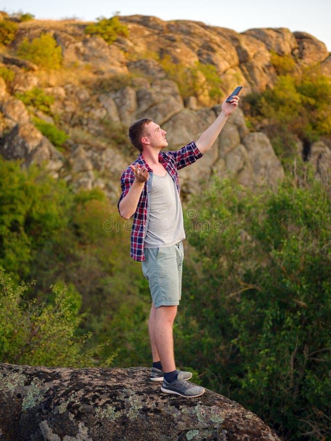 Disconnected turist på bergbakgrund Ledsen handelsresande med en dålig anslutning Turismproblembegrepp kopiera avstånd royaltyfria foton