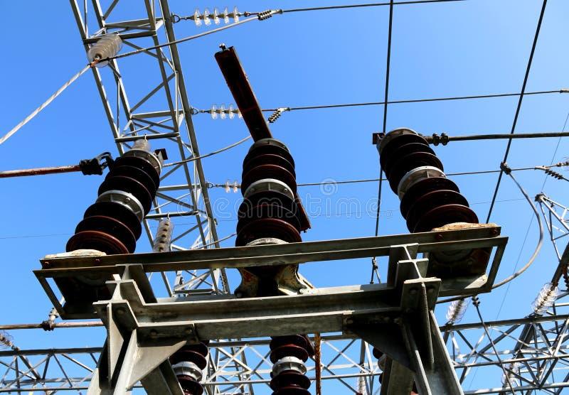 Disconnectors de linhas elétricas de alta tensão no poder foto de stock royalty free