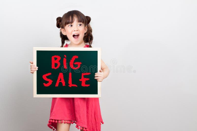 Disconto grande da venda para o artigo na promoção do shopping imagens de stock