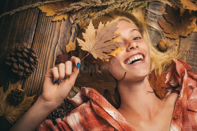 Discontos do outono na roupa interior Venda da cuecas das mulheres Menina no outono em uma folha dourada do whith sazonal da roup foto de stock royalty free