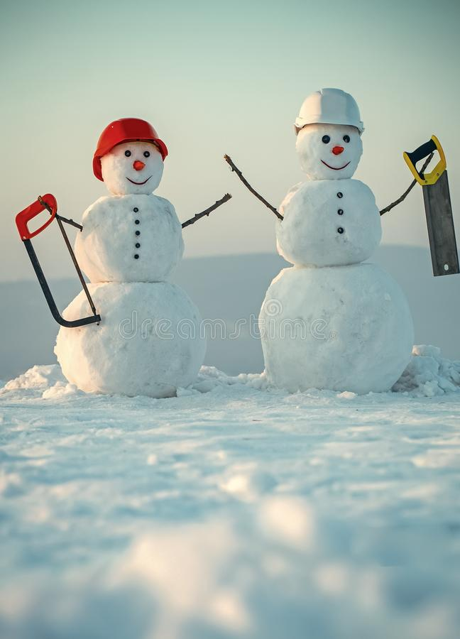 Discontos em materiais de construção Construtor do boneco de neve no inverno no capacete imagem de stock royalty free