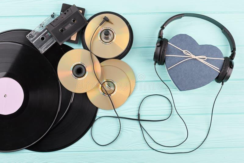 Discos de vinilo, discos, casetes y auriculares fotos de archivo libres de regalías
