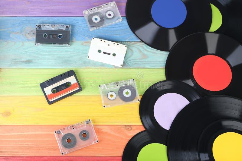Discos de vinilo con las cintas de casete fotografía de archivo libre de regalías