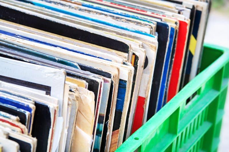 Discos de vinilo en primer verde de la caja fotografía de archivo libre de regalías