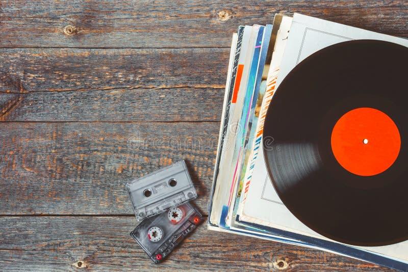 Discos de vinilo y casetes imagen de archivo