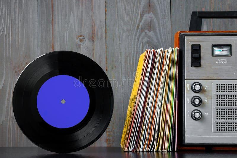 Discos de vinilo y equipo de sonido viejos fotos de archivo libres de regalías