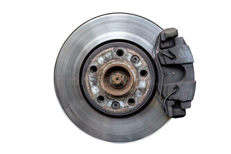 Discos del freno delantero con el calibrador y las zapatas de freno en el coche, aislado en un fondo blanco con una trayectoria q foto de archivo