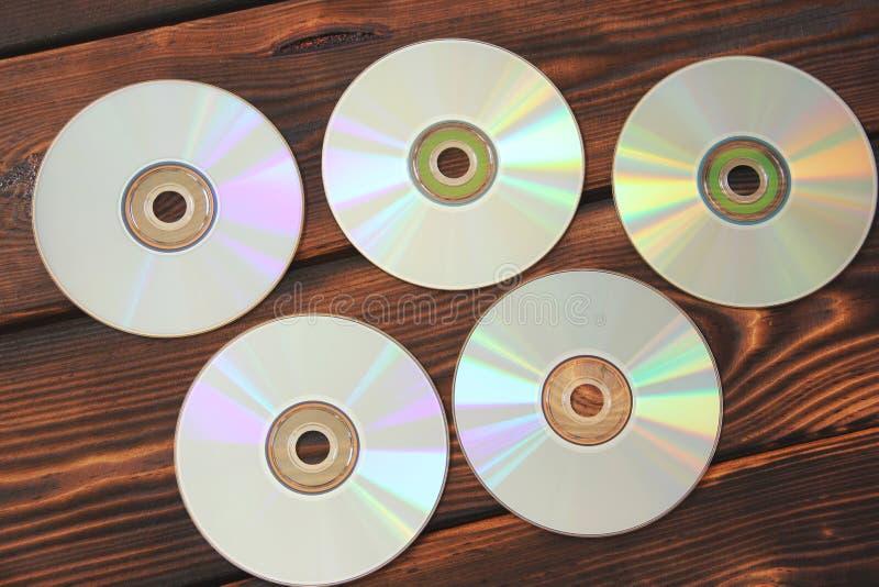 Discos del ordenador en un fondo de madera fotografía de archivo libre de regalías
