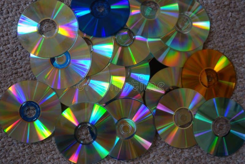 Discos do CD e dos DVD coloridos imagem de stock