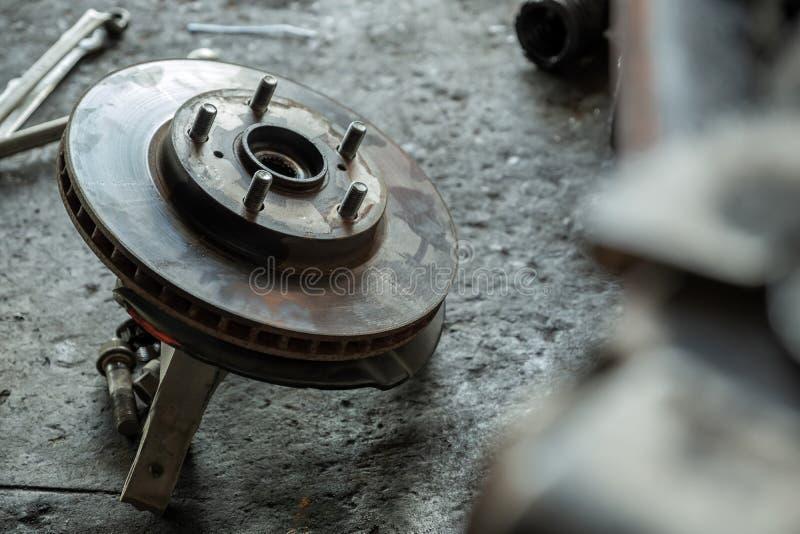 Discos do freio do carro colocados no assoalho foto de stock