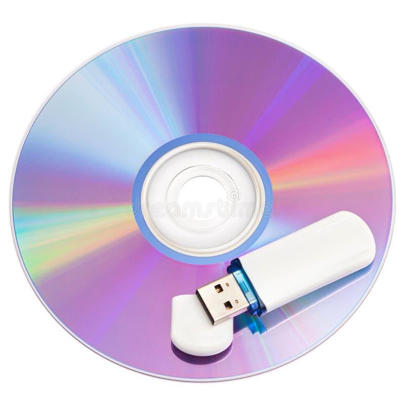 Discos y memoria USB cd en el fondo blanco foto de archivo