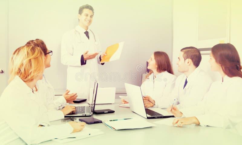 Discours en chef de docteur lors de la réunion image stock