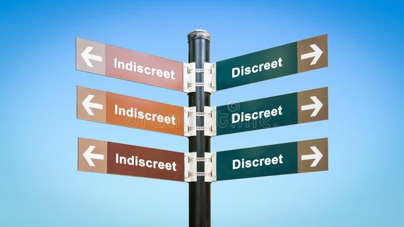 Discreet tegenover Indiscreet straatteken stock afbeelding
