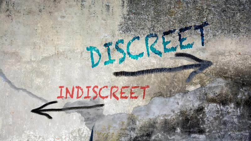 Discreet tegenover Indiscrete muurgraffiti royalty-vrije stock foto