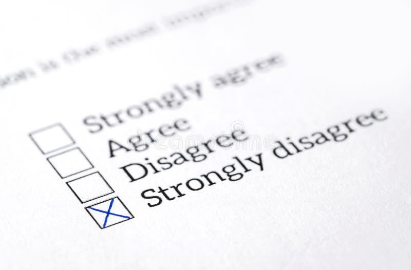 Discrepan adentro el sondeo, la encuesta sobre y el cuestionario comprobados caja de opinión fotos de archivo