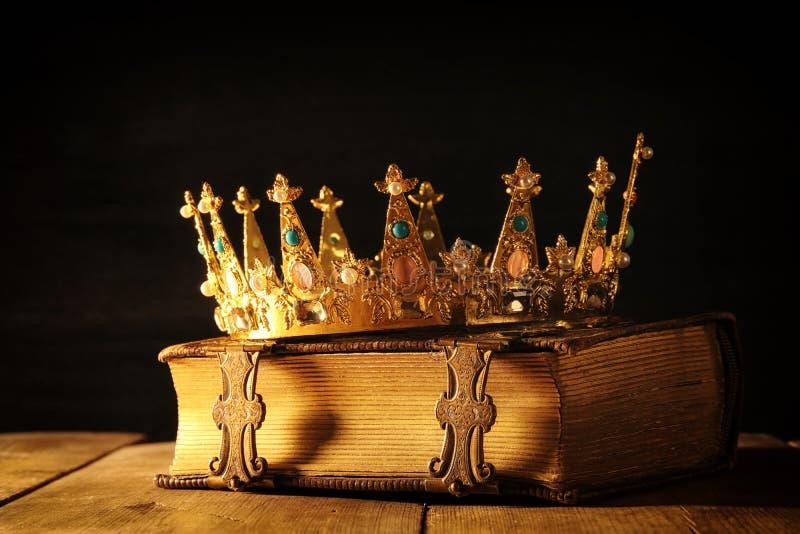 discret de la reine/de couronne de roi sur le vieux livre Vintage filtré période médiévale d'imagination image libre de droits