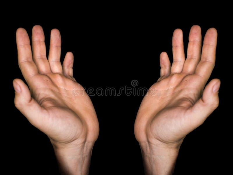 Discret, fin des mains d'un homme mûr fidèle priant, mains pliées, doigts entrelacés dans le culte à un dieu photographie stock