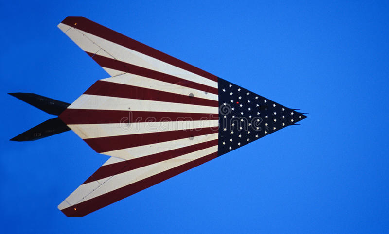 Discrição de F-117A com bandeira americana foto de stock