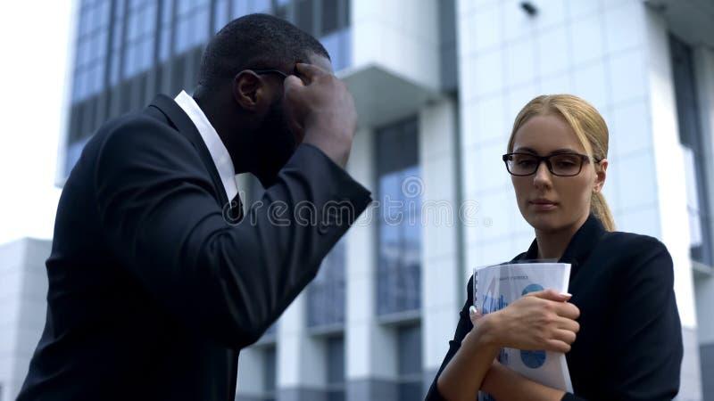 Discriminação de gênero no trabalho, chefe que responsabiliza o empregado do sexo feminino na falha da partida fotos de stock royalty free