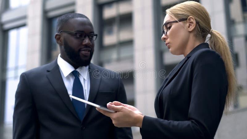 Discriminação racial ou sexual, colegas que discutem no trabalho, desrespeito imagens de stock royalty free