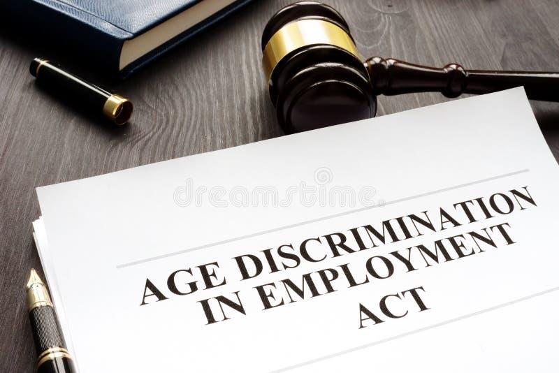 Discriminación por razón de edad en acto y mazo del empleo fotos de archivo libres de regalías