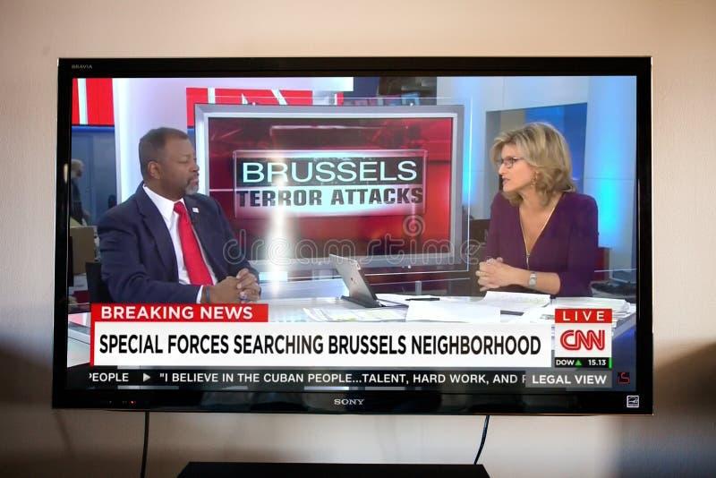 Discurso da notícia do ataque de Bruxelas visto na televisão fotografia de stock