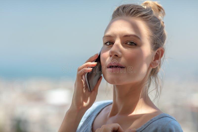 Discurso fêmea bonito no telefone fotografia de stock royalty free
