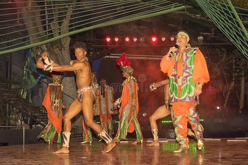 2018: Discurso por dançarinos cubanos na véspera do ` s do ano novo em um unknow foto de stock