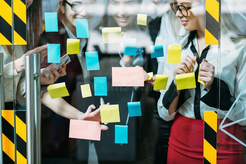 Discusión corporativa de la estrategia empresarial del trabajo en equipo foto de archivo libre de regalías