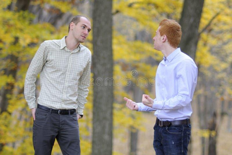 Discusión de dos hombres fotos de archivo
