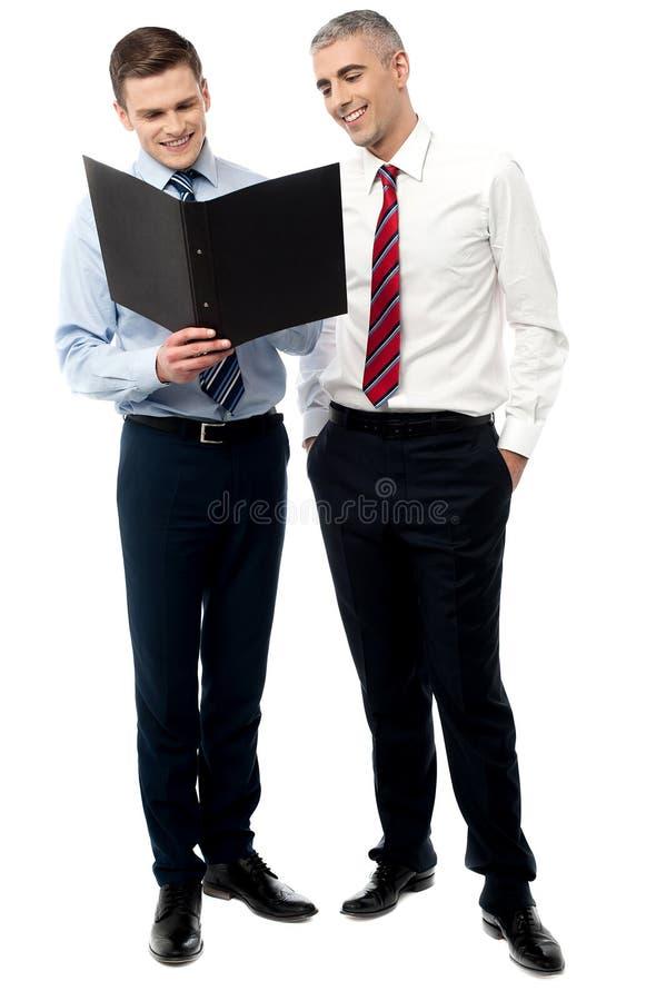 Discusión de dos hombres de negocios aislada en blanco foto de archivo libre de regalías