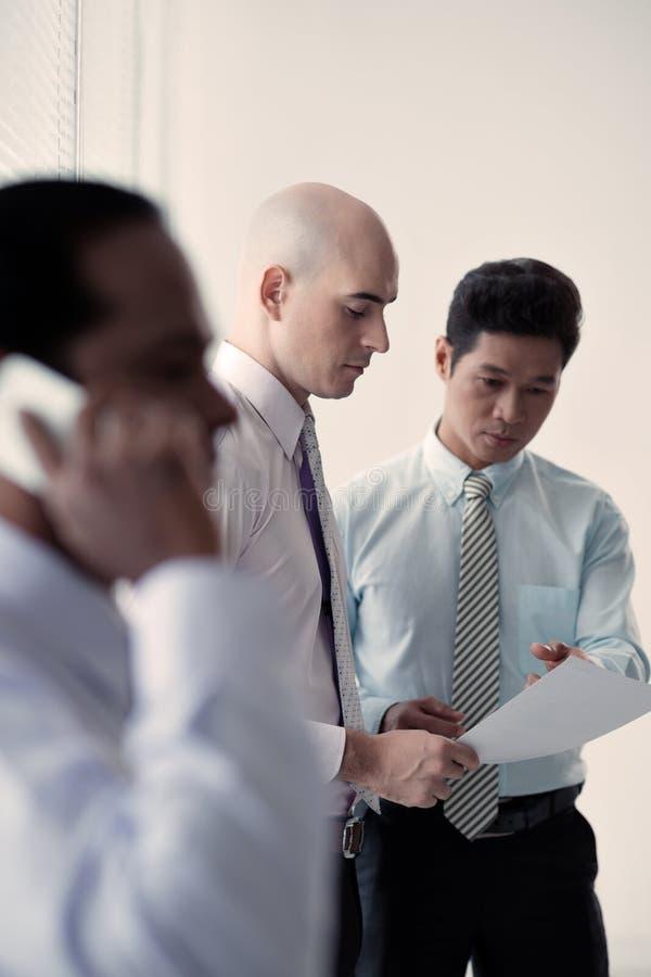 Discusión de estrategia empresarial imagen de archivo