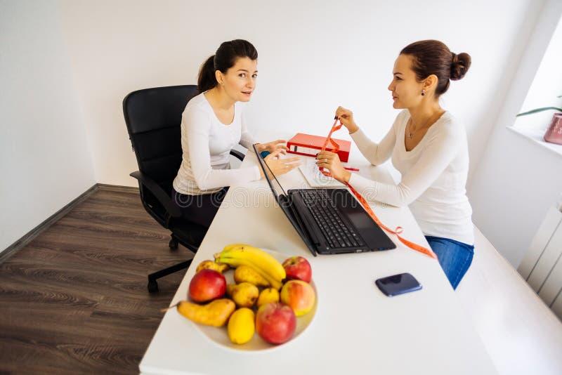 Discusión de la salud y de la dieta imagen de archivo libre de regalías