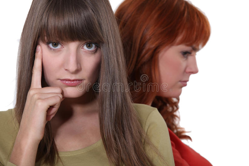 Discusión de los posts de dos mujeres fotos de archivo