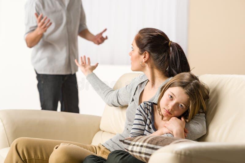 Discusión de padres con la niña triste imagen de archivo