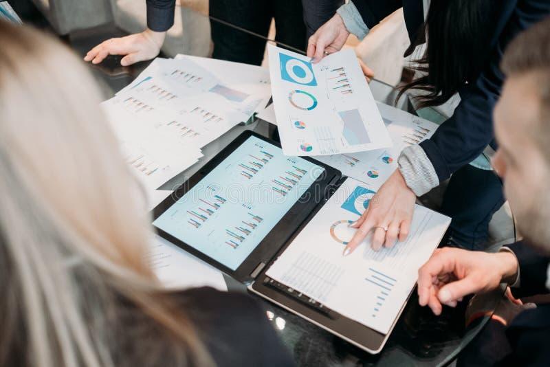 Discusión de papel de las estadísticas de los datos del documento de negocio imagen de archivo libre de regalías