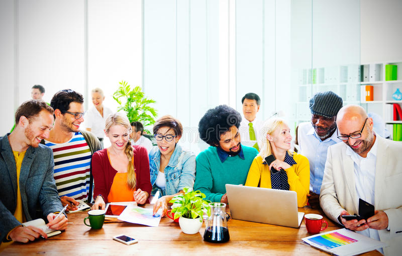 Discusión de trabajo Team Concept de la oficina de la gente de la indumentaria de oficina informal foto de archivo libre de regalías