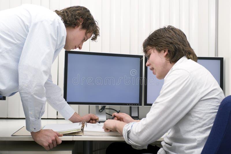 Discusión de un expediente imagen de archivo libre de regalías