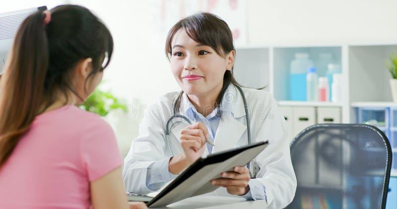 Discusión del doctor y del paciente de la mujer fotografía de archivo libre de regalías