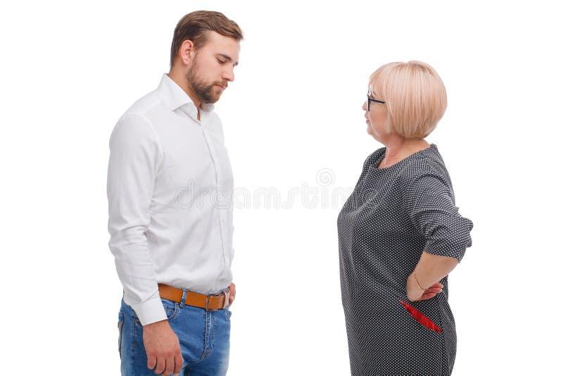 Discusión del hombre joven y de una más vieja mujer aislada en el fondo blanco fotos de archivo
