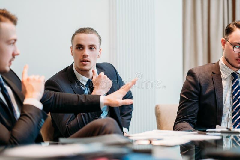 Discusión del papel del discusión de la discusión del equipo del negocio imagen de archivo