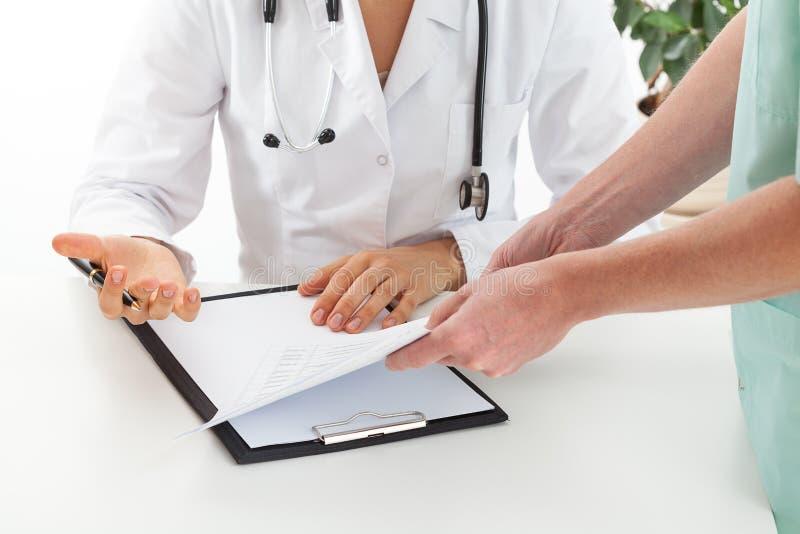 Discusión médica imagen de archivo libre de regalías