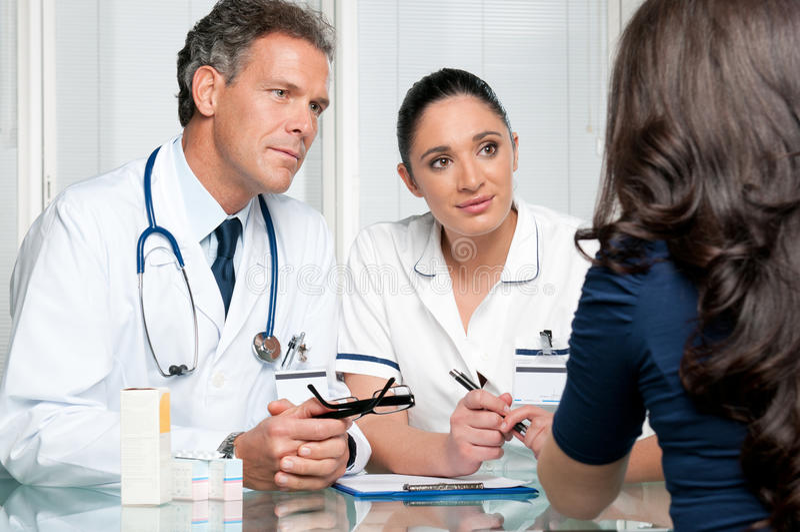 Discusión médica en el hospital con el paciente imagenes de archivo