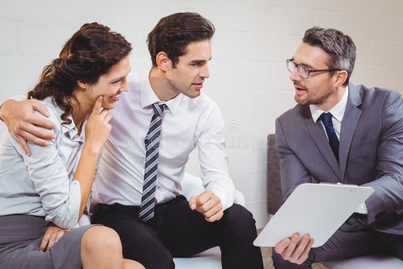 Discusión profesional del negocio con el cliente fotografía de archivo