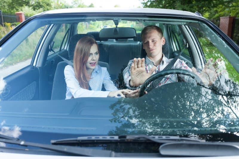 Discusión sobre la conducción en un coche fotografía de archivo