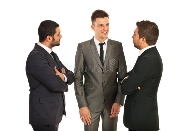 Discusión sobre tres hombres de negocios fotos de archivo