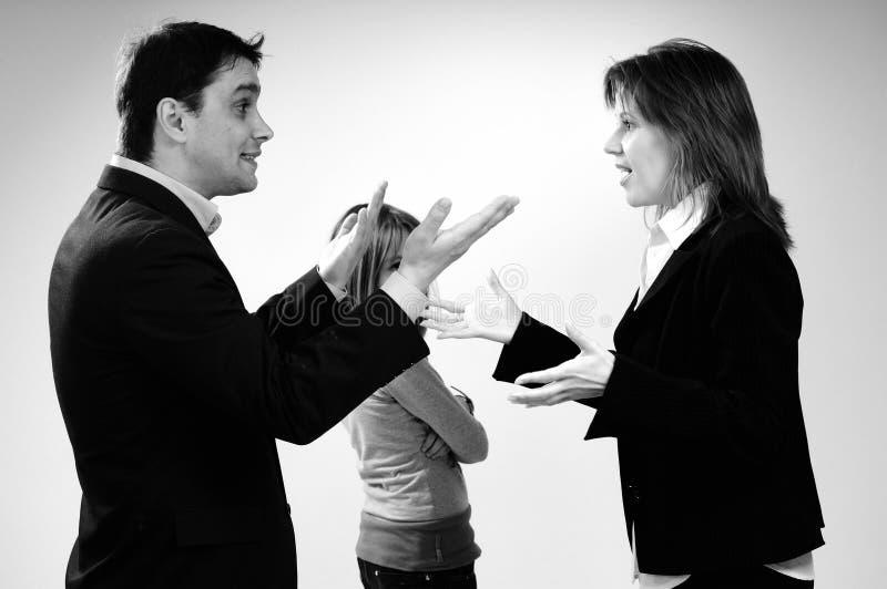 Discusión y niño de la familia del asunto que escuchan fotografía de archivo libre de regalías